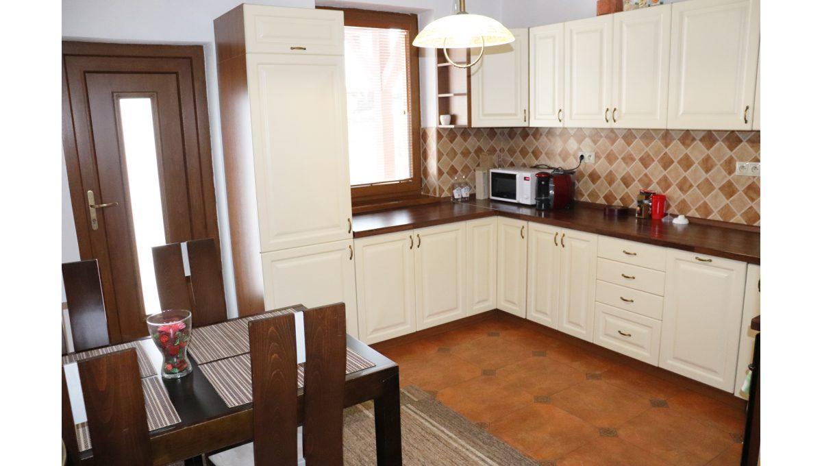 01 Nova Dedinka 4 izbovy rodinny dom na predaj v dobrej lokalite pohad na kuchynu s kompletne vybavenou kuchynskou linkou a vystupom na terasu