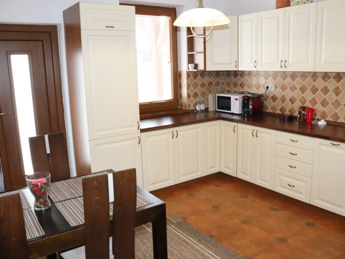 Nova-Dedinka-4-izbovy-rodinny-dom-na-predaj-voľný-ihneď-k-nasťahovaniu-pohad-na-kuchynu-s-kompletne-vybavenou-kuchynskou-linkou-a-vystupom-na-terasu
