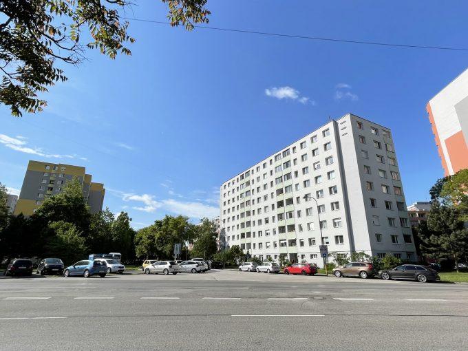 Petrzalka 4 izbovy byt na predaj pohlad na bytovy dom a okolie