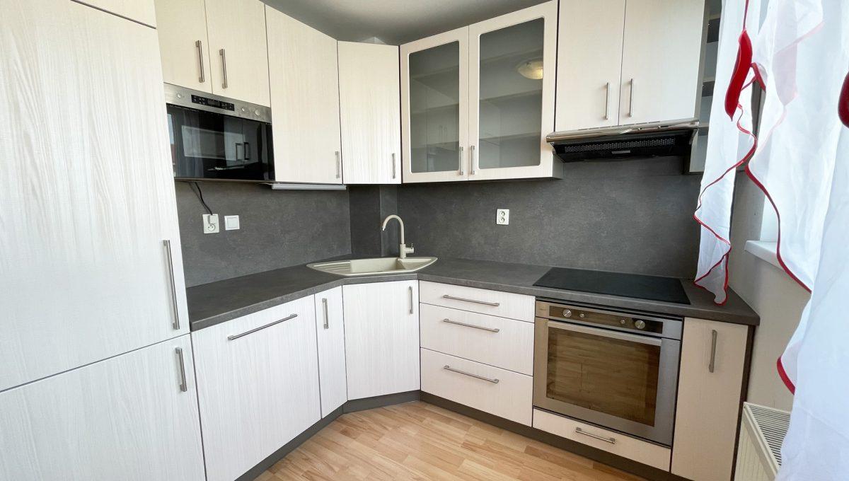 Senec Povazska ulica 3 izbovy byt mezonet na predaj pohlad na kompletne vybavenu kuchynsku linku Konfido