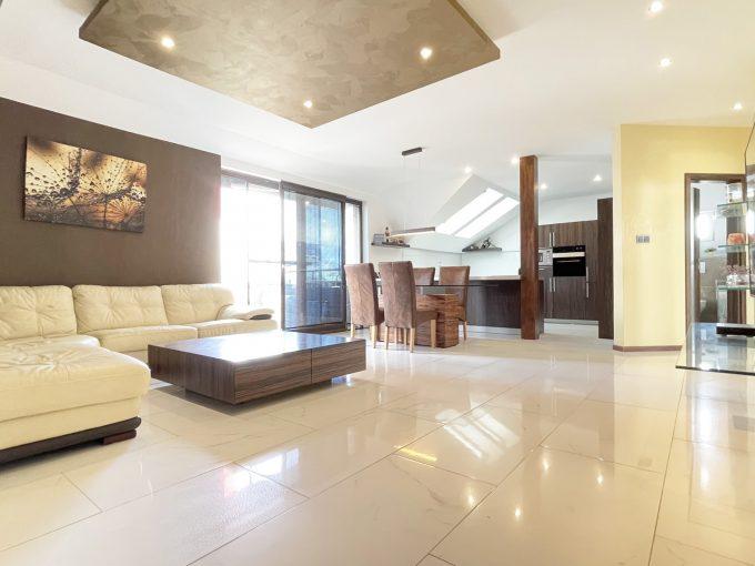 Senec Safarikova Konfido 4 izbovy byt na predaj pohlad na obyvaciu izbu a kuchynu s kompletne zariadenou kuchynskou linkou s velkou pracovnou doskou