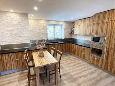 Senec Safarikova ulica Konfido ponuka 2 izbovy byt na predaj sirsi pohlad z izby na kompletne zariadenu kuchynsku linku a jedalensku cast