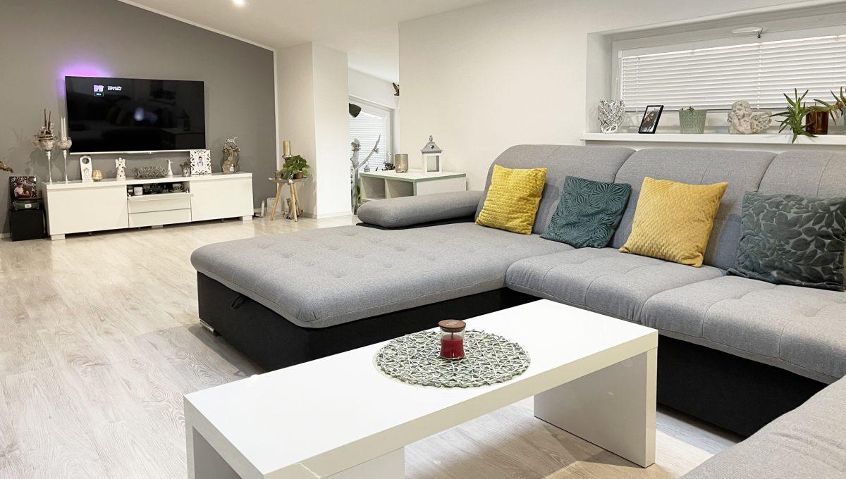 Konfido Nova Dedinka 7 izbovy rodinny dom dvojgeneracny pohlad na sedaciu supravu zariadenej obyvacej izby podkrovneho bytu