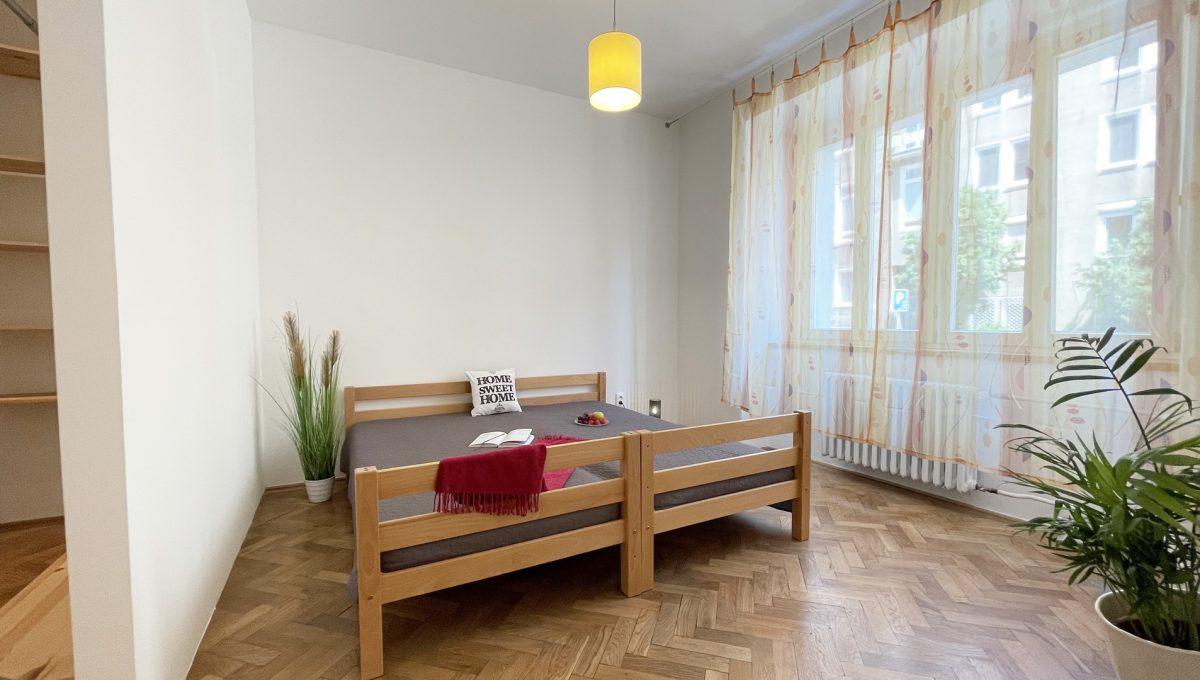 Konfido ponuka na prenajom Povraznicka ulica Bratislava 4 izbovy byt pohlad od dveri na spalnu so satnikom