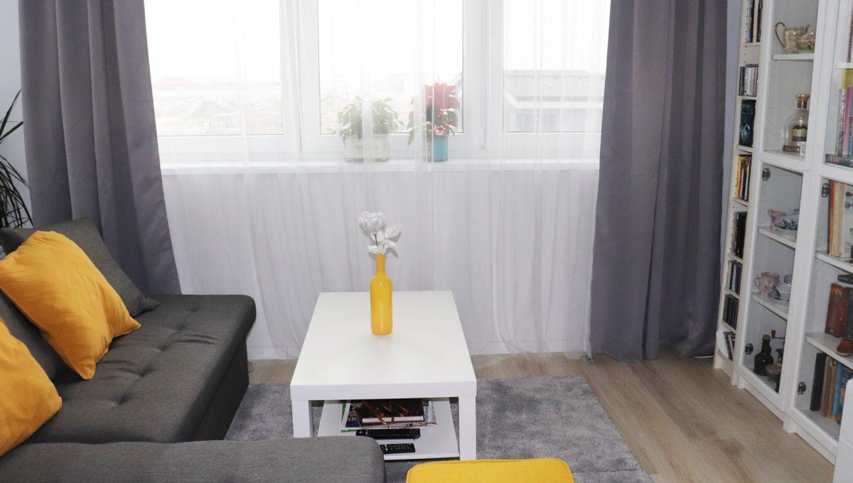 02 Miloslavov 2 izbovy byt s balkonom v novostavbe pohlad na sedaciu supravu v obyvacej izbe