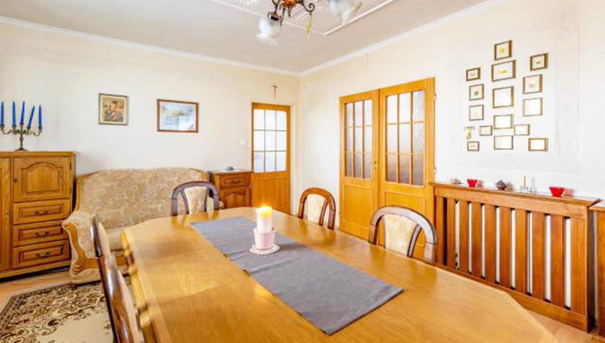 Senec 5 izbovy rodinny dom na predaj Konfido pohlad na velku jedalen v zariadenej obyvacej izbe