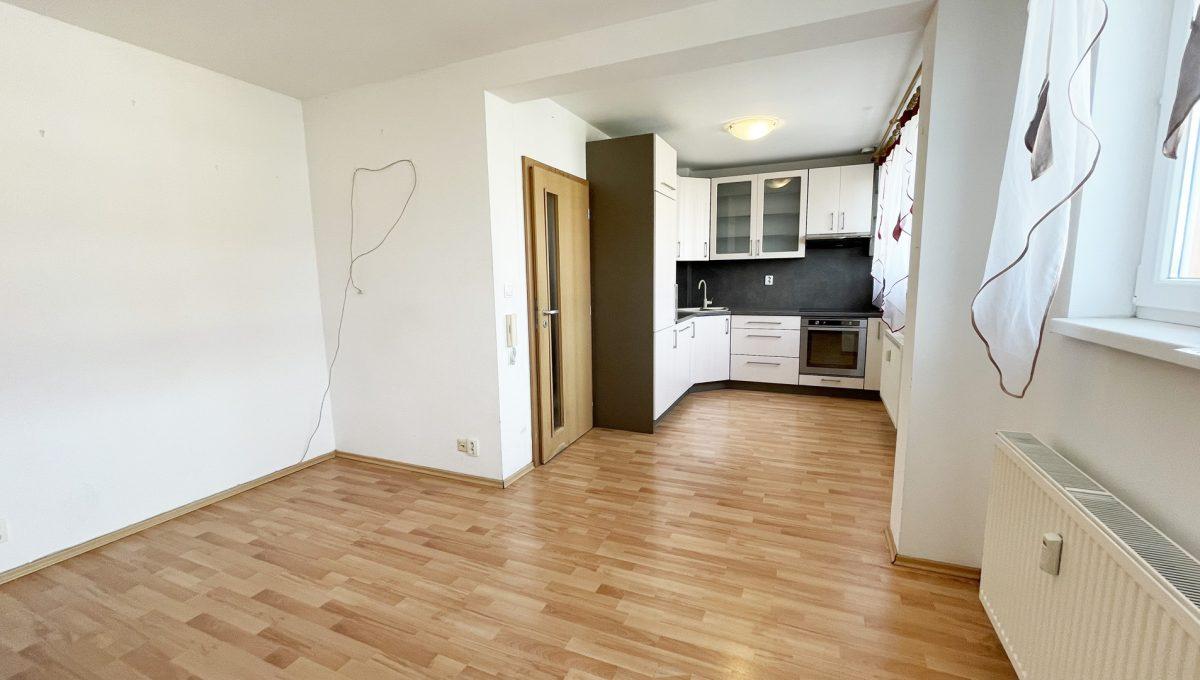 Senec Povazska ulica 3 izbovy byt mezonet na predaj pohlad na obyvaciu izbu a kompletne vybavenu kuchynsku linku Konfido