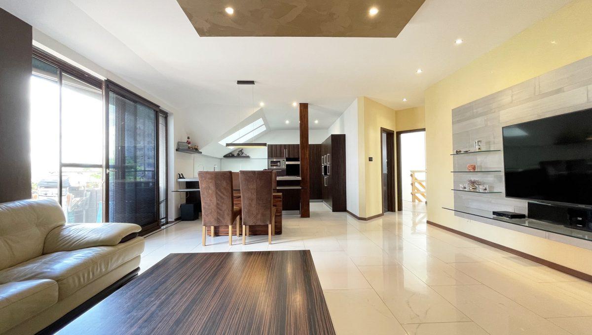 Senec Safarikova Konfido 4 izbovy byt na predaj pohlad na obyvaciu izbu a jedalensky stol a kuchynu s kompletne zariadenou kuchynskou linkou s velkou pracovnou doskou