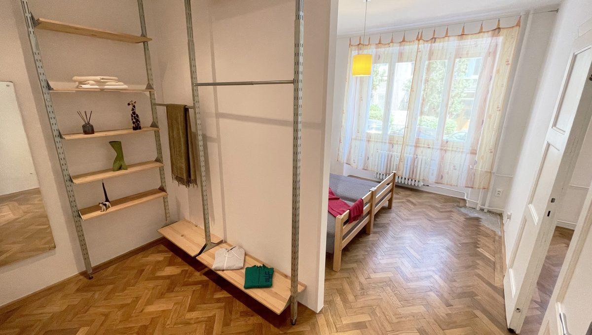 Konfido ponuka na prenajom Povraznicka ulica Bratislava 4 izbovy byt pohlad od dveri na cast spalne a satnik