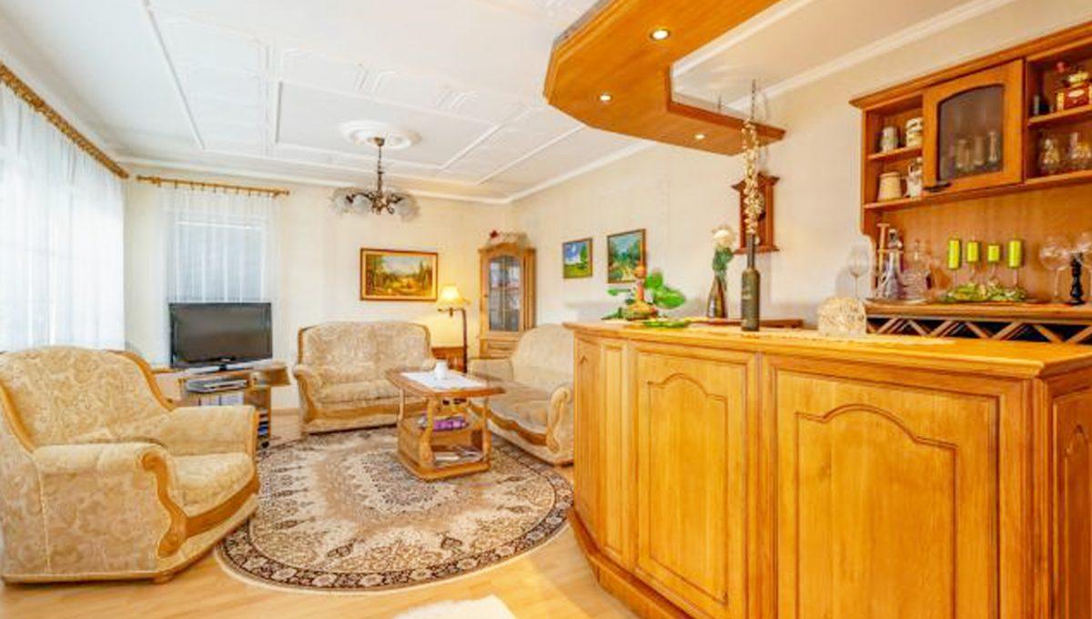 Senec 5 izbovy rodinny dom na predaj Konfido pohlad na velku obyvaciu izbu so zariadenim a barovym pultom