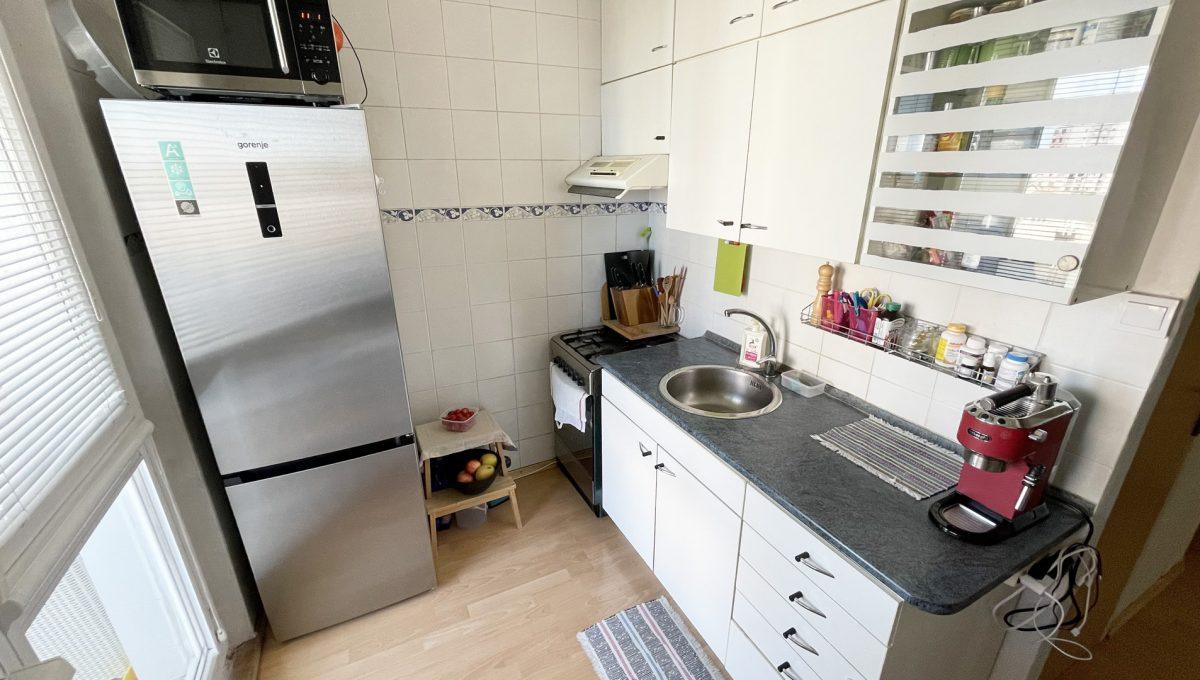Senec Hurbanova AC 2 izbovy byt v povodnom stave na predaj priamo v centre mesta Senec pohlad na zariadenu kuchynu Konfido