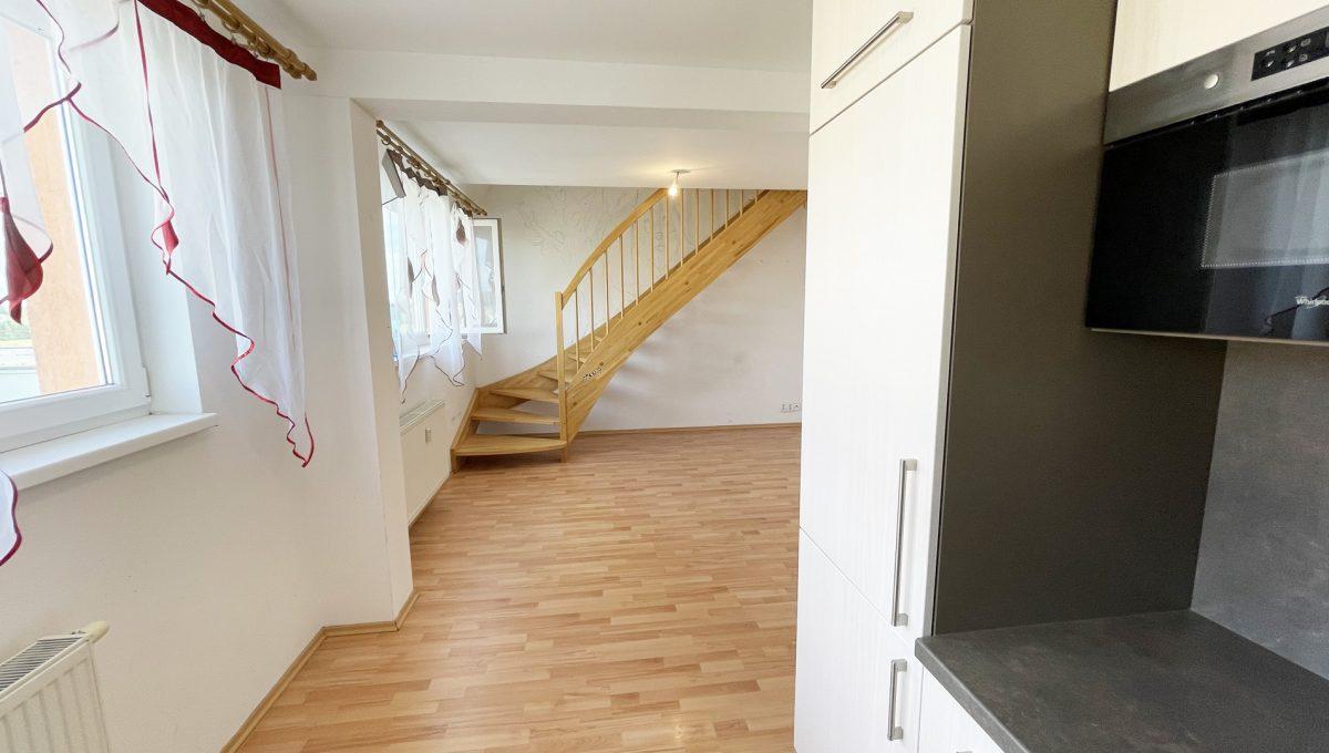 Senec Povazska ulica 3 izbovy byt mezonet na predaj pohlad z kuchyne smerom na obyvaciu izbu so schodiskom Konfido