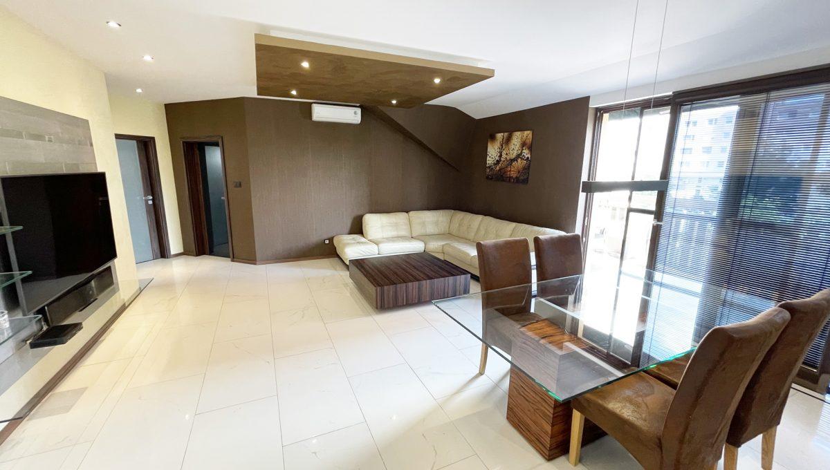 Senec Safarikova Konfido 4 izbovy byt na predaj pohlad na obyvaciu izbu s vystupom na velku terasu a jedalensky stol