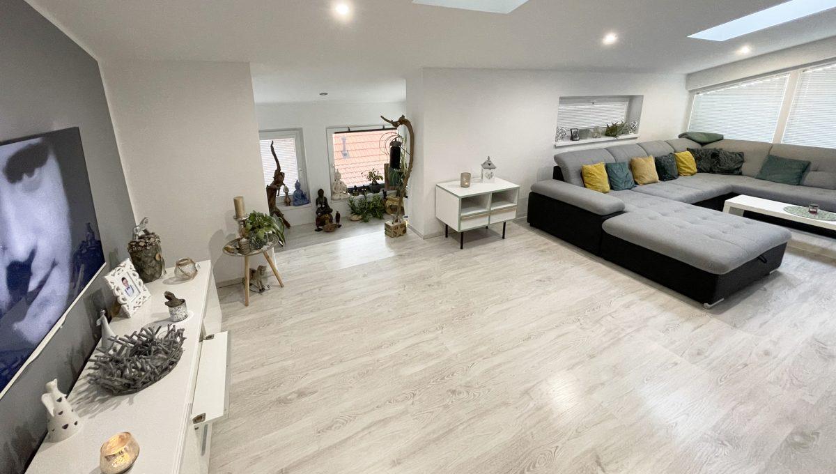 Konfido Nova Dedinka 7 izbovy rodinny dom dvojgeneracny pohlad od vstupu na zariadenu obyvaciu izbu podkrovneho bytu s priestorom pre citanie
