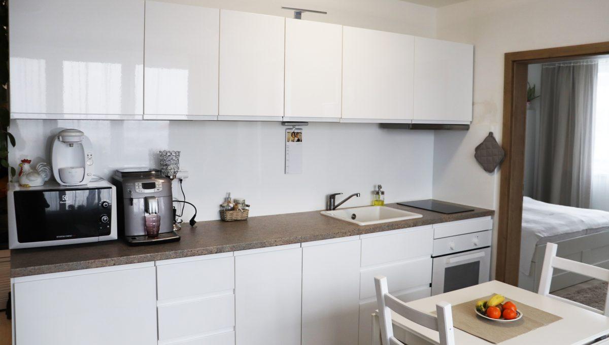 04 Miloslavov 2 izbovy byt s balkonom v novostavbe pohlad na kuchynsku linku s kuchynskym sedenim a vstup do spalne