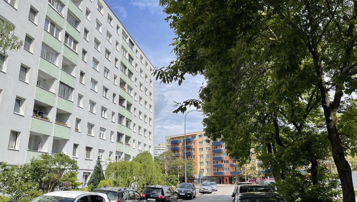 Petrzalka 4 izbovy byt na predaj pohlad z ulice smerom na bytovy dom a okolie bytoveho domu