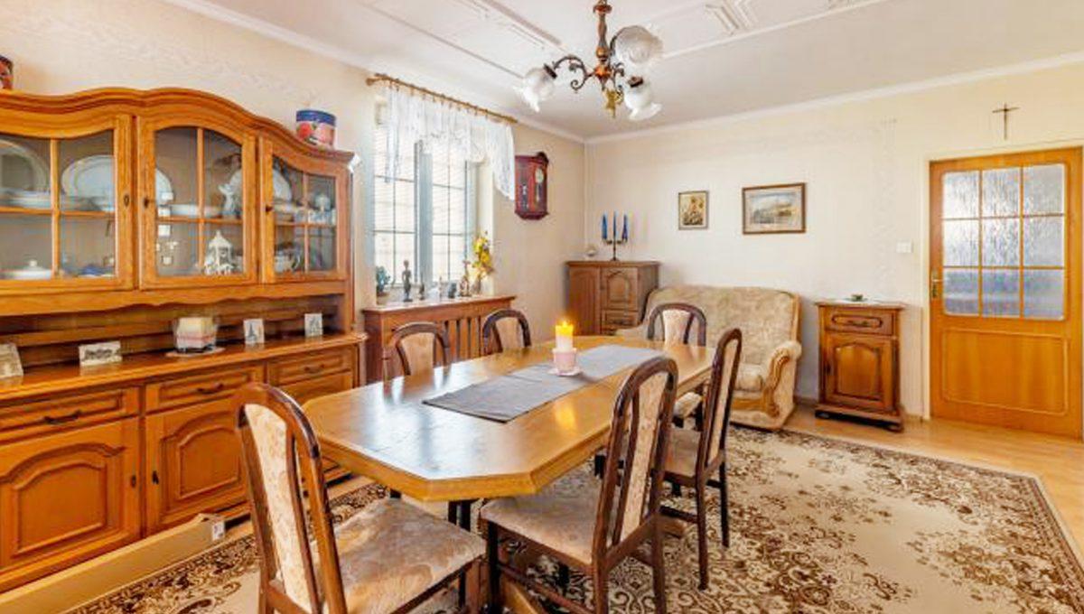 Senec 5 izbovy rodinny dom na predaj Konfido pohlad na jedalen vo velkej obyvacej izbe so zariadenim