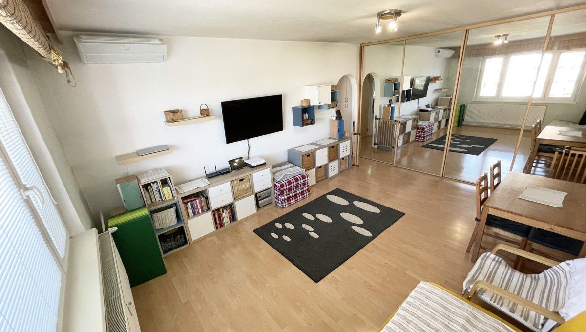 Senec Hurbanova AC 2 izbovy byt v povodnom stave na predaj priamo v centre mesta Senec pohlad od okna na obyvaciu izbu so zrkadlovou vstavanou skrinou Konfido