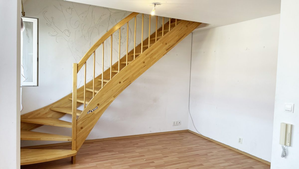Senec Povazska ulica 3 izbovy byt mezonet na predaj pohlad na drevene schodisko v obyvacej izbe Konfido