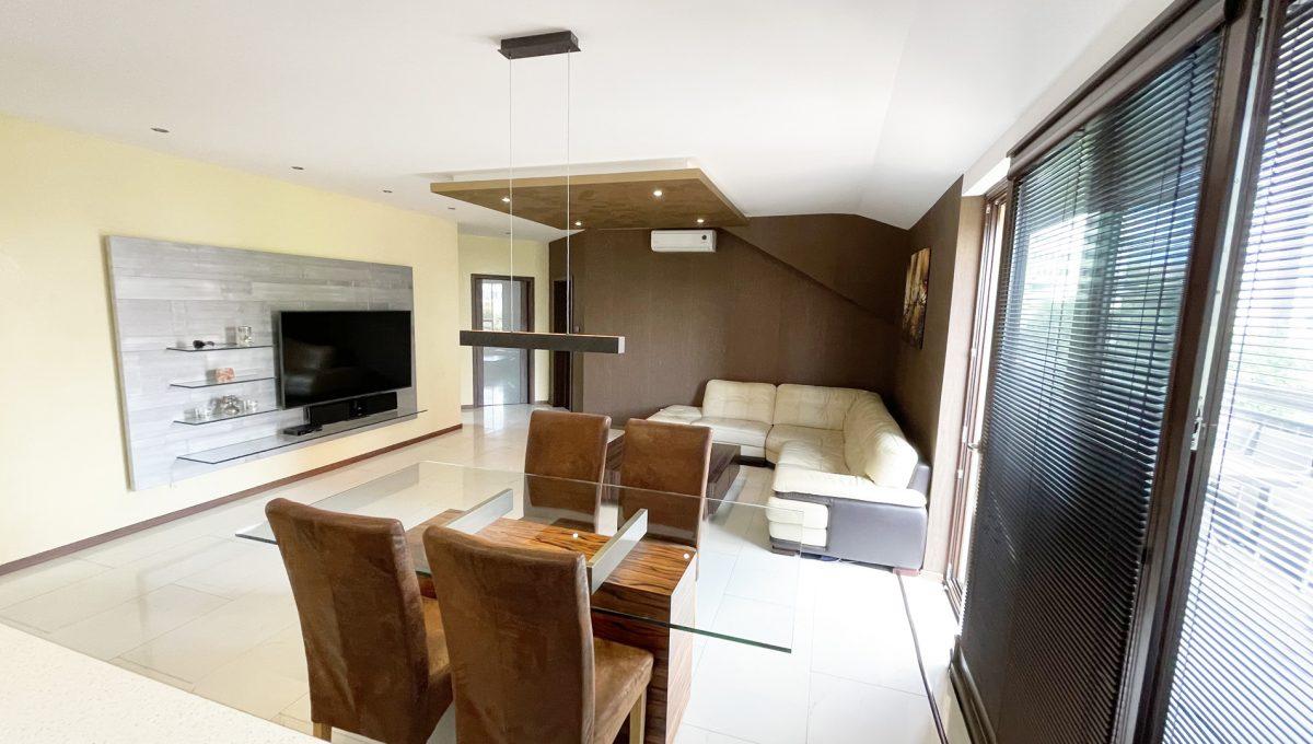 Senec Safarikova Konfido 4 izbovy byt na predaj pohlad z kuchyne na obyvaciu izbu s vystupom na terasu a jedalensky stol