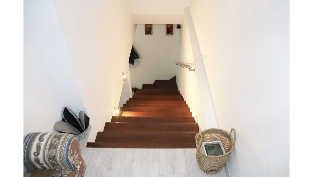 Konfido Nova Dedinka 7 izbovy rodinny dom dvojgeneracny pohlad na schodisko do podkrovneho bytu
