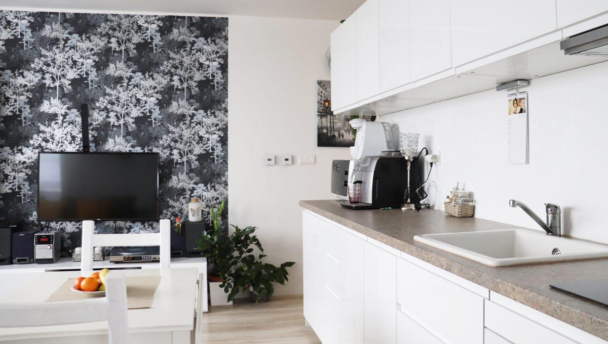 05 Miloslavov 2 izbovy byt s balkonom v novostavbe pohlad na kuchynsku linku a stol so stolickami