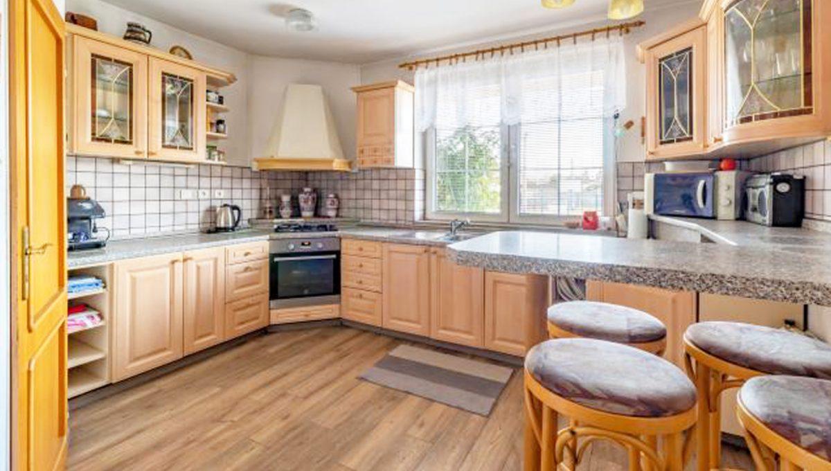 Senec 5 izbovy rodinny dom na predaj Konfido pohlad na velku kuchynu so zariadenim