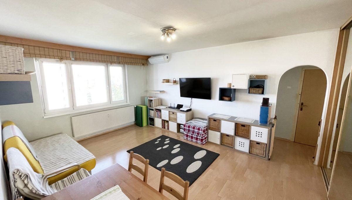 Senec Hurbanova AC 2 izbovy byt v povodnom stave na predaj priamo v centre mesta Senec pohlad od chodby na zariadenu obyvaciu izbu Konfido