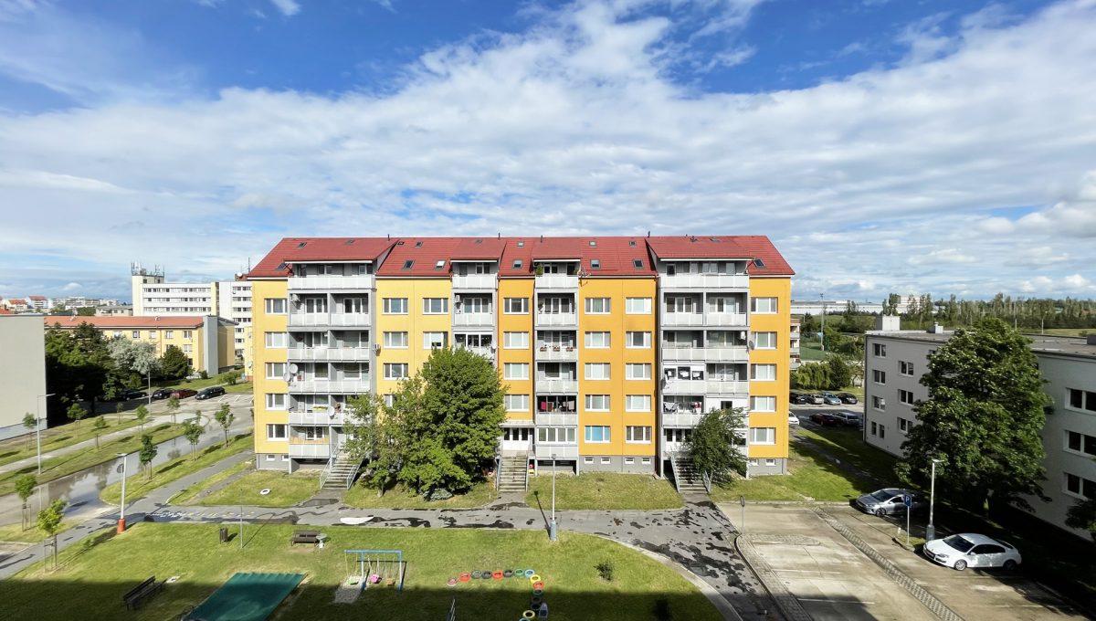Senec Povazska ulica 3 izbovy byt mezonet na predaj pohlad na okolie bytoveho domu Konfido