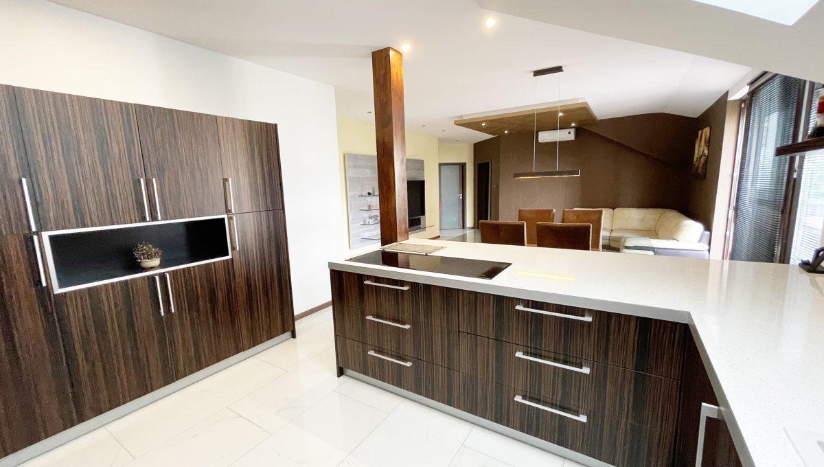 Senec Safarikova Konfido 4 izbovy byt na predaj pohlad cast kuchynskej linky a na obyvaciu izbu v pozadi