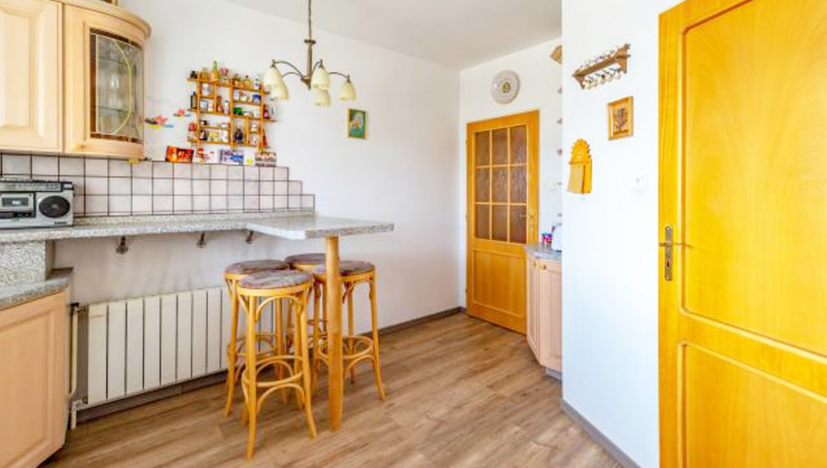 Senec 5 izbovy rodinny dom na predaj Konfido pohlad na cast velkej kuchyne so zariadenim