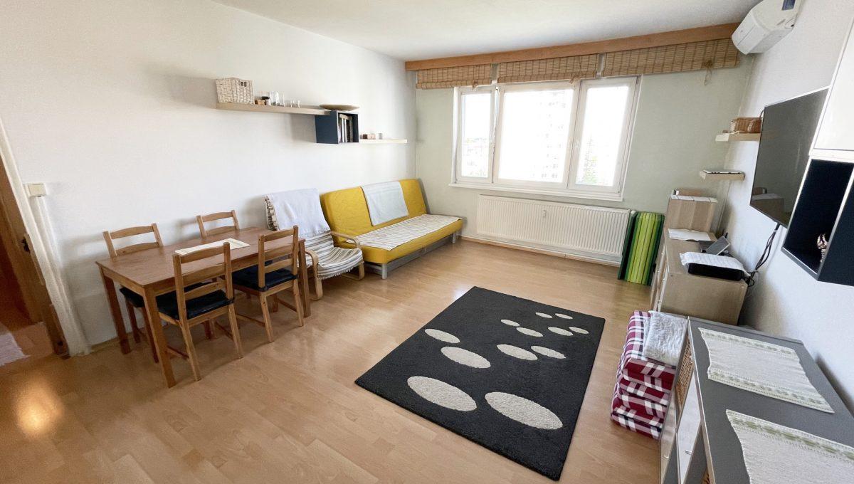 Senec Hurbanova AC 2 izbovy byt v povodnom stave na predaj priamo v centre mesta Senec pohlad na zariadenu obyvaciu izbu Konfido