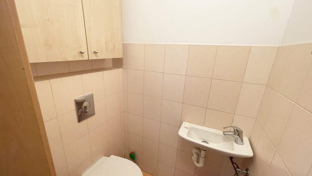 Senec Povazska ulica 3 izbovy byt mezonet na predaj pohlad na samostatnu toaletu na prizemi bytu Konfido