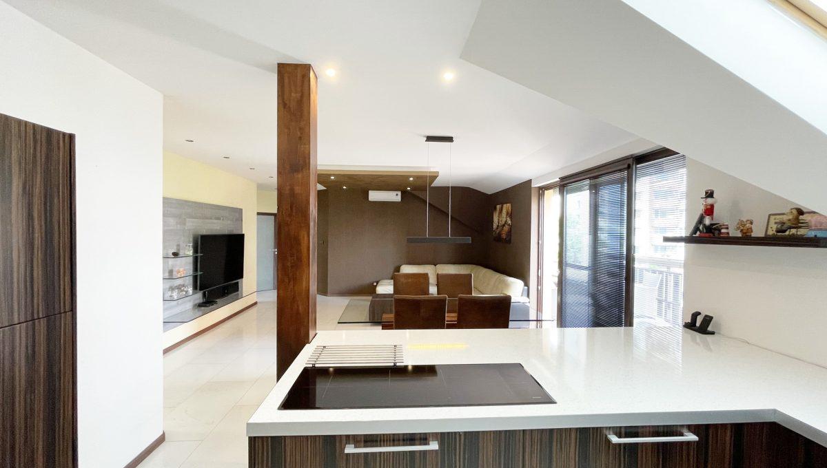 Senec Safarikova Konfido 4 izbovy byt na predaj pohlad smerom na obyvaciu izbu z kuchyne a cast zariadenej kuchynskej linky