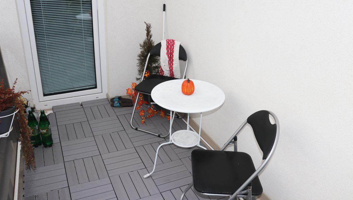 07 Miloslavov 2 izbovy byt s balkonom v novostavbe pohlad na balkon so sedenim a vstupom do obyvacej izby