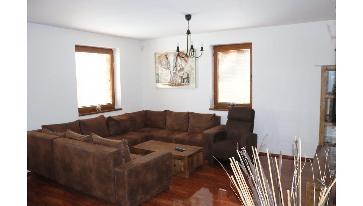 07 Nova Dedinka 4 izbovy rodinny dom na predaj v dobrej lokalite pohad od vstupu na sedenie v obyvacej izbe