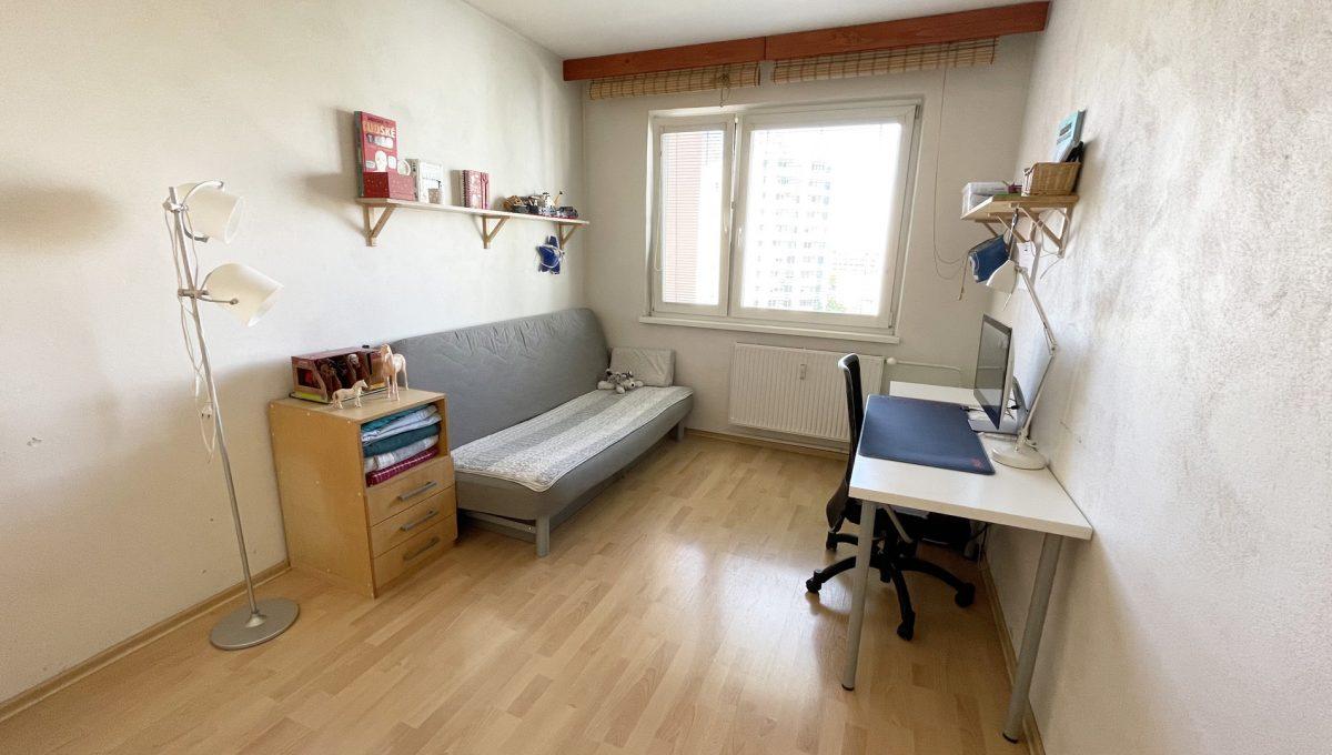 Senec Hurbanova AC 2 izbovy byt v povodnom stave na predaj priamo v centre mesta Senec pohlad od dveri na detsku izbu Konfido