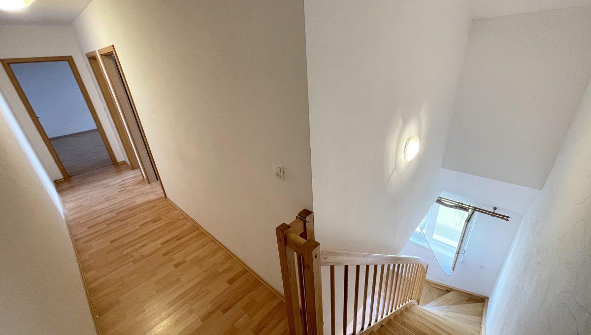 Senec Povazska ulica 3 izbovy byt mezonet na predaj pohlad na drevene schodisko a chodbu na vrchnom poschodi bytu Konfido