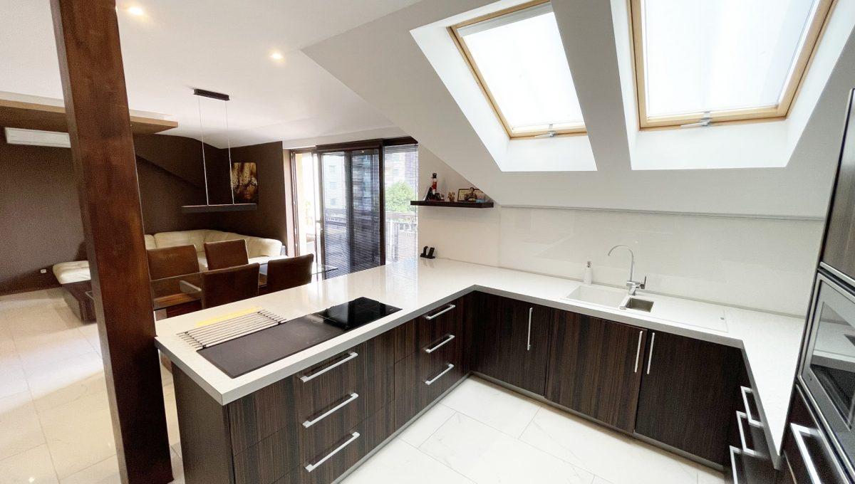 Senec Safarikova Konfido 4 izbovy byt na predaj pohlad na kuchynu so stresnymi oknami a s kompletne zariadenou kuchynskou linkou s velkou pracovnou doskou