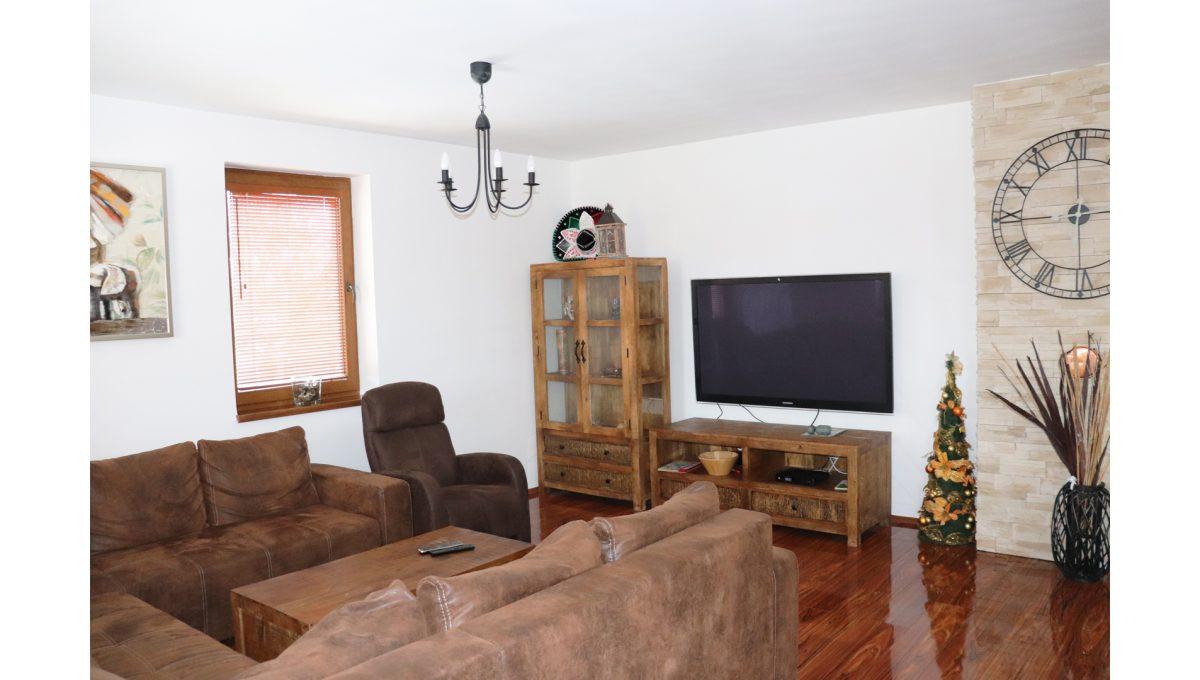 08 Nova Dedinka 4 izbovy rodinny dom na predaj v dobrej lokalite pohad od jedalenskeho stola na cast velkej obyvacej izby