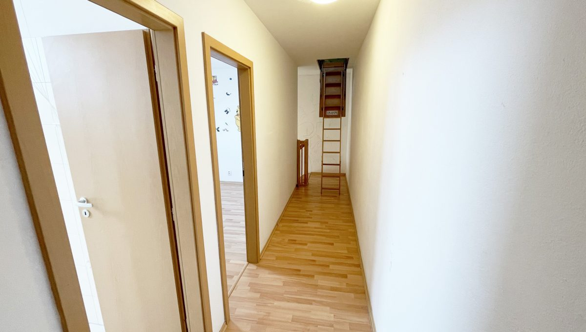 Senec Povazska ulica 3 izbovy byt mezonet na predaj pohlad na chodbu vrchneho poschodia bytu Konfido