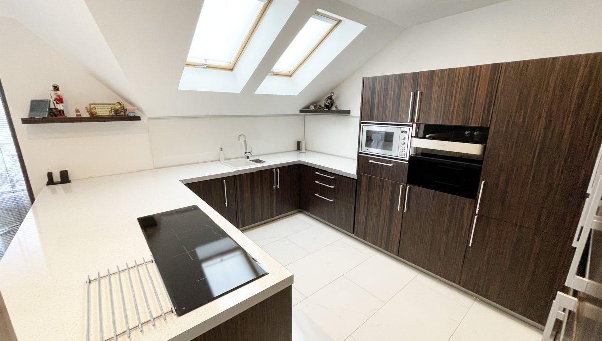 Senec Safarikova Konfido 4 izbovy byt na predaj pohlad na kuchynu s kompletne zariadenou kuchynskou linkou s velkou pracovnou doskou