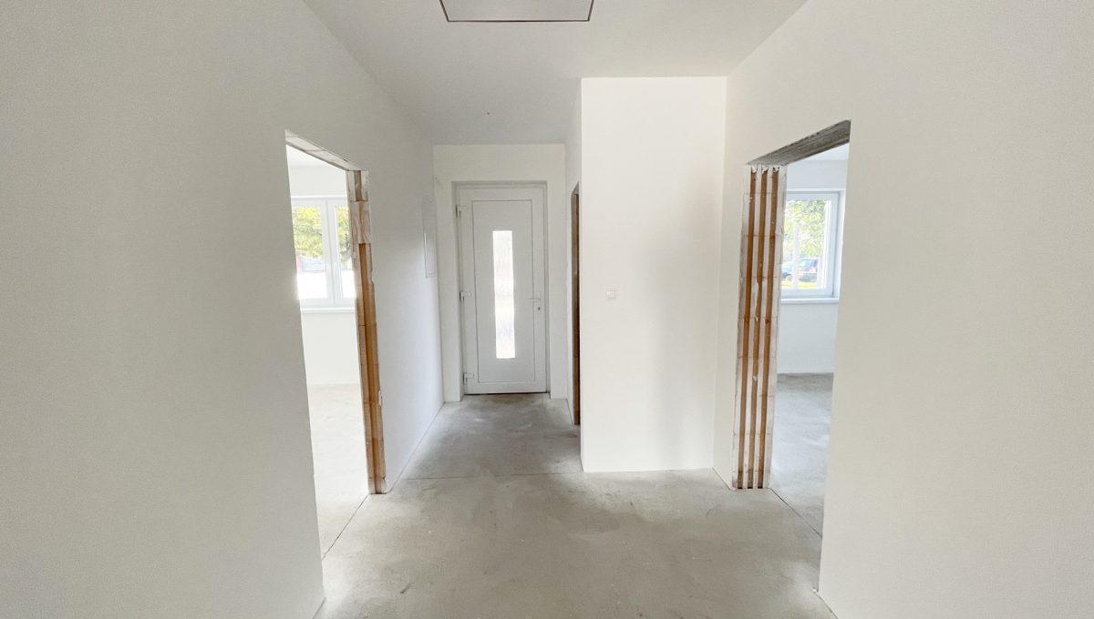 Boldog 4 izbovy rodinny dom pohlad na vstupnu chodbu a vchodove dvere so vstupmi do dvoch izieb