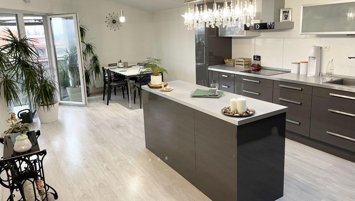 Konfido Nova Dedinka 7 izbovy rodinny dom dvojgeneracny pohlad na krasnu a priestrannu zariadenu kuchynu podkrovneho bytu