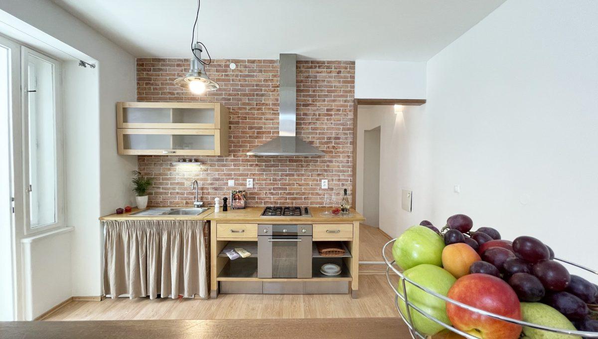 Konfido ponuka na prenajom Povraznicka ulica Bratislava 4 izbovy byt pohlad na kuchynu so vstupom na balkon