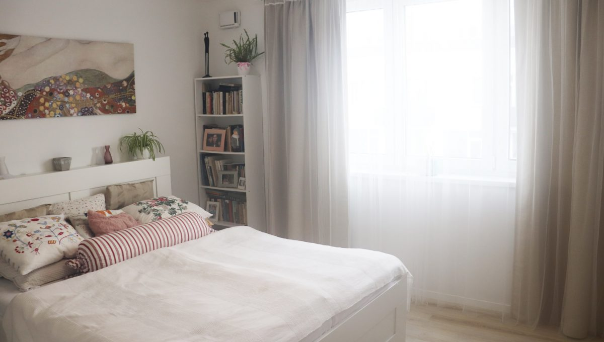 09 Miloslavov 2 izbovy byt s balkonom v novostavbe pohlad od dveri na zariadenu spalnu