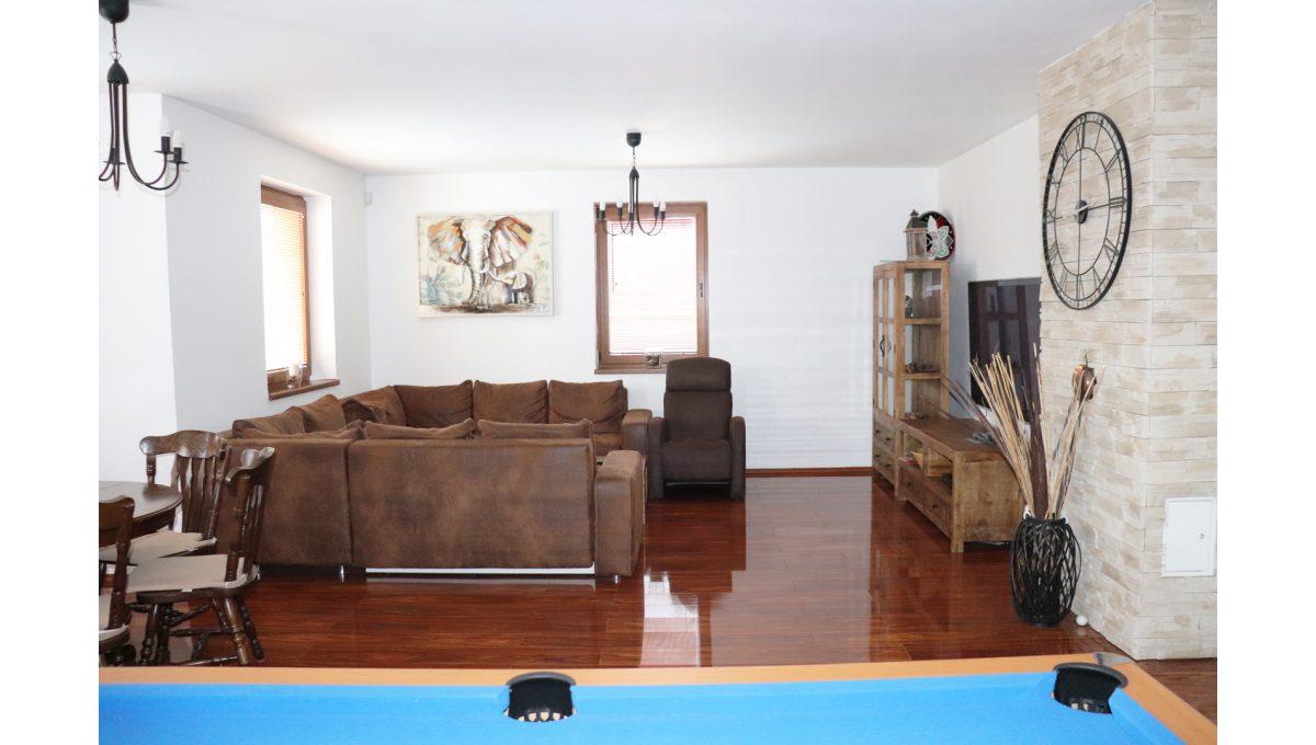 09 Nova Dedinka 4 izbovy rodinny dom na predaj v dobrej lokalite pohad spoza biliardoveho stola na cast obyvacej izby