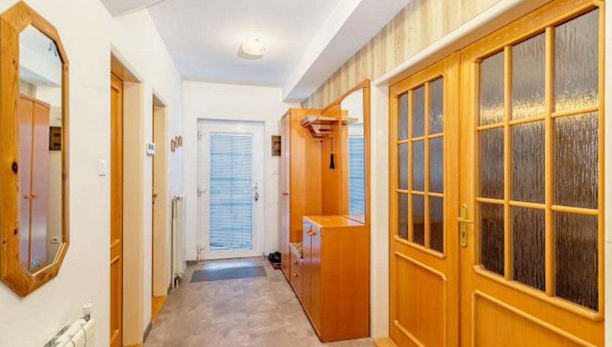 Senec 5 izbovy rodinny dom na predaj Konfido pohlad na chodbu so vstupmi do dalsich miestnosti