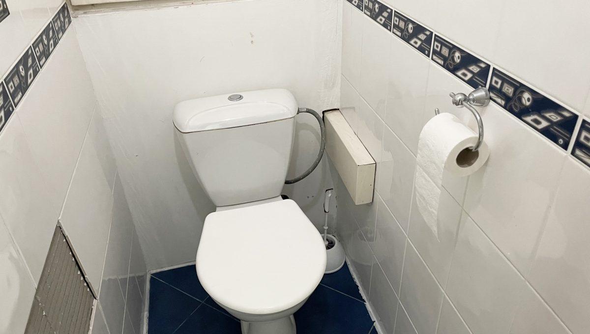 Senec Hurbanova AC 2 izbovy byt v povodnom stave na predaj priamo v centre mesta Senec pohlad na samostatnu toaletu Konfido