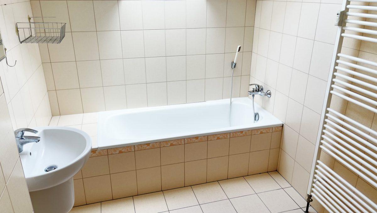 Senec Povazska ulica 3 izbovy byt mezonet na predaj pohlad na velku kupelnu s vanou Konfido
